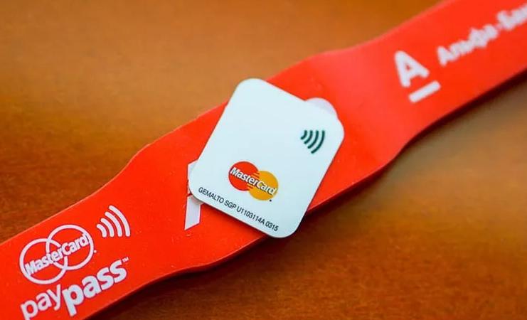 Браслет Альфа-Банка PayPass для бесконтактной оплаты